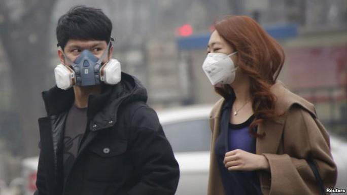 Người dân Bắc Kinh đeo khẩu trang khi ra đường. Ảnh: REUTERS