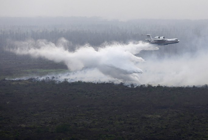 """Một máy bay thả """"bom nước"""" để dập lửa cháy rừng ở tỉnh Nam Sumatra - Indonesia Ảnh: REUTERS"""