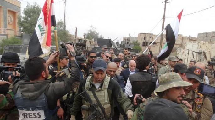 Thủ tướng Iraq di chuyển ở Ramadi... Ảnh: Reuters