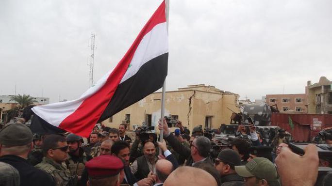 ...và cắm cờ ở trung tâm thành phố. Ảnh: Reuters