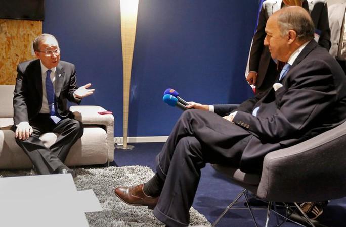 Tổng thư ký Liên Hiệp Quốc Ban Ki-moon (trái) và Ngoại trưởng Pháp Laurent Fabius tại COP 21. Ảnh: Reuters