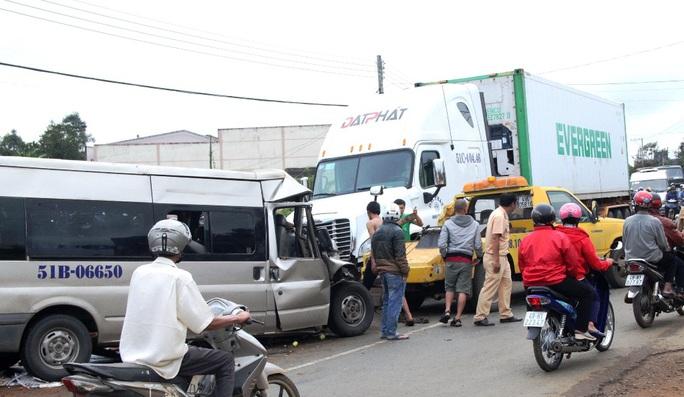 Hiện trường vụ tai nạn xe khách tông xe tải làm tài xế chết tại chỗ