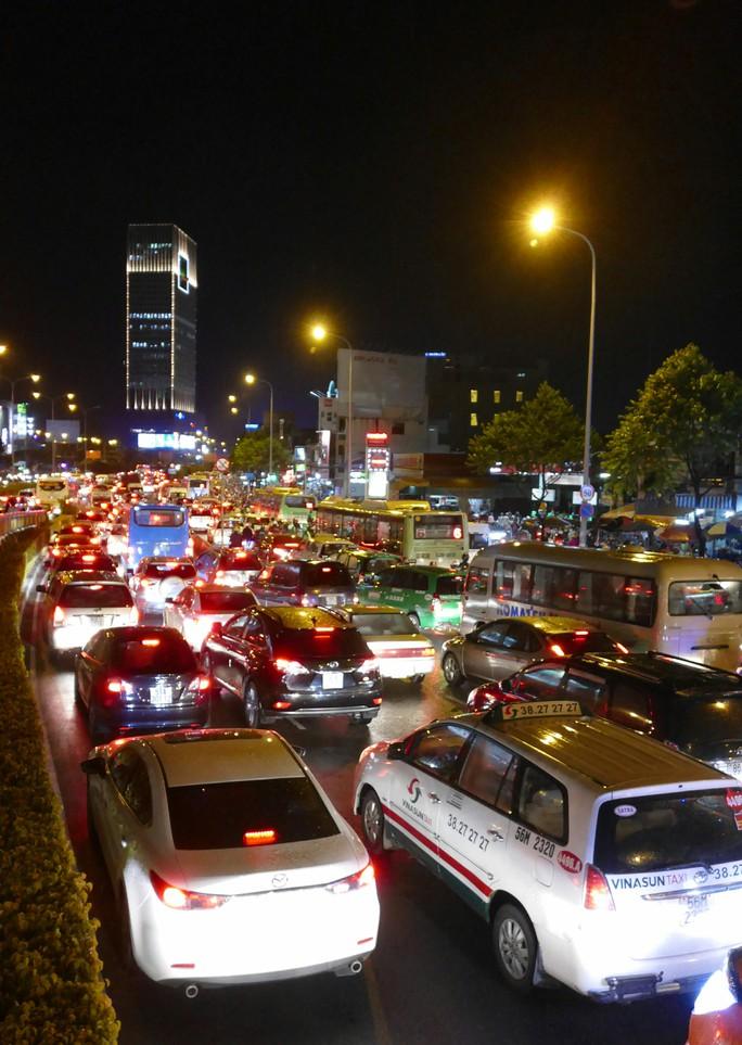Kẹt xe nghiêm trọng tại ngã tư Hàng Xanh vào chiều tối 5-11. Ảnh: PHONG NHI