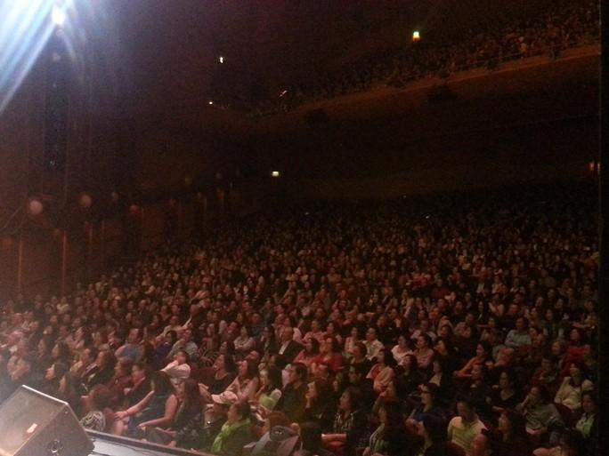 Đông đảo khán giả kiều bào đến xem và cổ vũ live show Trường Giang tại Mỹ