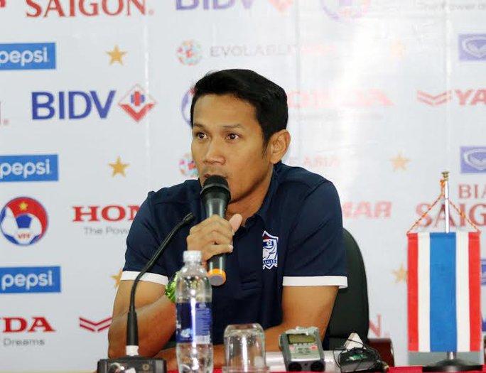 """Trợ lý HLV trưởng Kairung Threejagsang (ĐT Thái Lan): Thái Lan muốn giành chiến thắng trước Việt Nam và 3 điểm là điều chắc chắn. Nếu áp dụng đúng tư duy chiến thuật đề ra thì chúng tôi hoàn toàn tự tin làm được điều này""""."""