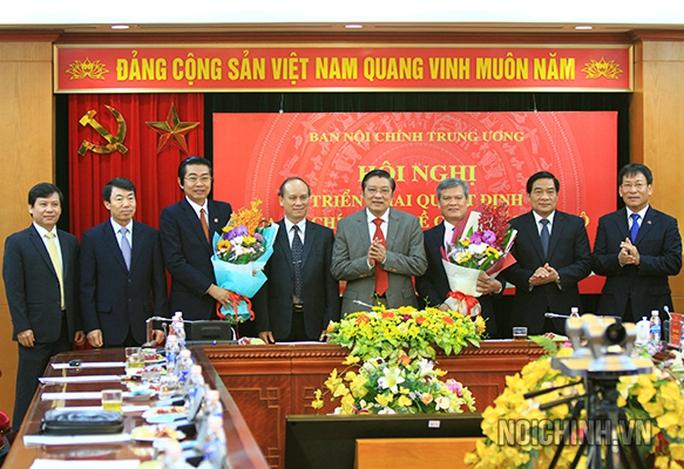Hai ông Võ Văn Dũng (thứ ba từ trái sang) và Nguyễn Văn Thông (thứ ba từ phải sang) được điều động, phân công làm Phó Ban Nội chính Trung ương - Ảnh: Ban Nội chính Trung ương