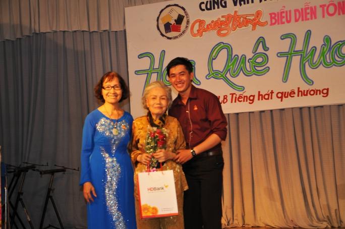 Nhà giáo ưu tú Phạm Thúy Hoan và nghệ sĩ đàn tranh Trương Tài Linh (TP Cần Thơ) trao tặng quà cho nghệ sĩ Út Bạch Lan trong ngày giao lưu với khán giả