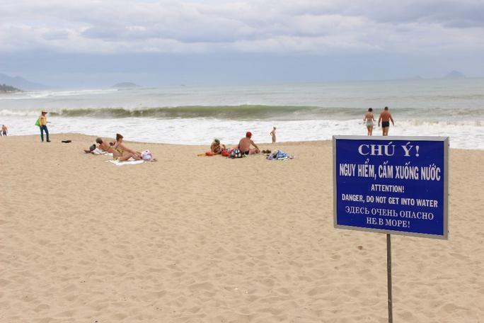 Mặc dù có biển cấm xuống nước nhưng nhiều du khách vẫn phớt lờ