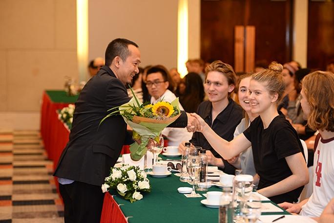 nhạc sĩ Quốc Trung tặng hoa cho các nghệ sĩ quốc tế