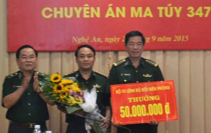 Lãnh đạo Bộ tư lệnh Bộ đội biên phòng trao thưởng cho ban chuyên án - Ảnh: Lam Viết
