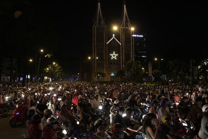 Tối 24-12, hàng vạn người đã đổ về khu vực trung tâm thành phố tại Nhà thờ Đức Bà và phố đi bộ Nguyễn Huệ để đón Noel.