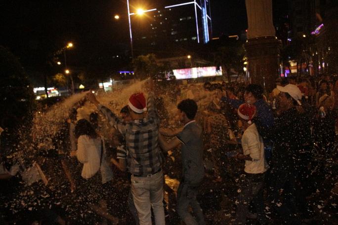 Giá mỗi bình xịt tuyết chỉ 10.000 đồng nên nhiều nhóm bạn trẻ mua cả thùng để xịt.