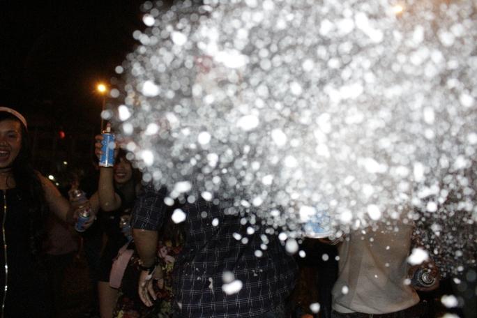 Phóng viên bất ngờ bị tấn công bởi bình xịt tuyết. Những chất tạo tuyết trắng này có mùi khó chịu và khiến mắt cay xè.