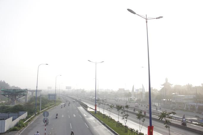 Gần 7giờ sáng nhưng Khói mù trắng xóa, che khuất cả bầu trời ở quận Thủ Đức.