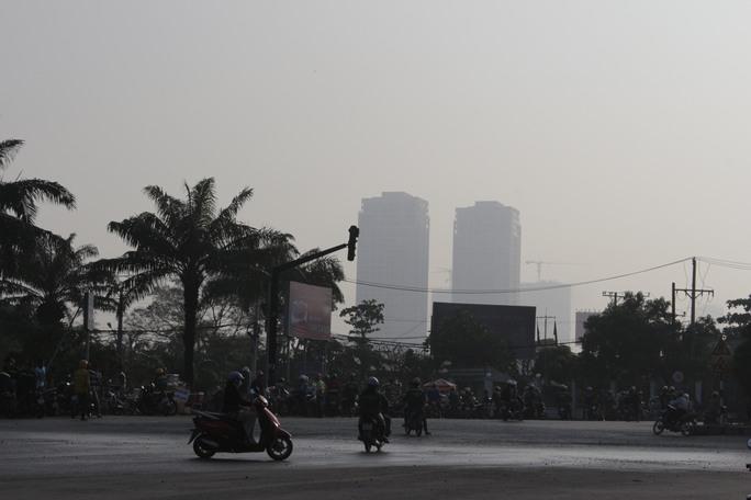 Nhiều tòa nhà tại khu vực quận Bình Thạnh cũng không thể nhìn rõ.
