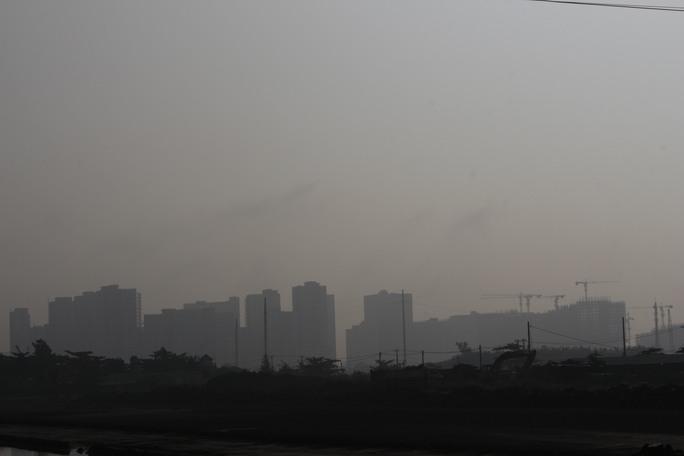 Khu đô thị mới Thủ thiêm (Q.2) đang xây dựng cũng bị mù khô che khuất mịt mờ.