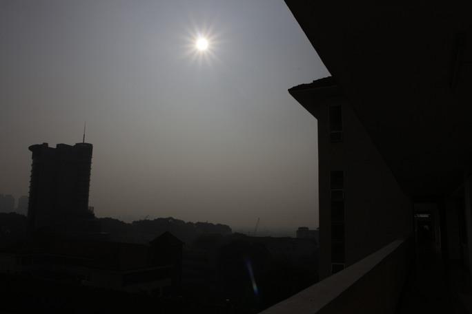 Đã hơn 7giờ nhưng tại trung tâm thành phố bầu trời vẫn bị mù khô bao phủ.
