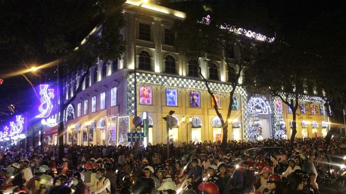 Khu vực Nhà thờ Đức Bà và khu trung tâm thương mại Diamond Plaza kẹt xe vì có nhiều người đển vui chơi.