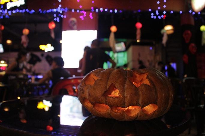 Nhiều hàng quán ở quận 1 cũng trang trí theo phong cách Halloween hết sức bắt mắt và độc đáo.