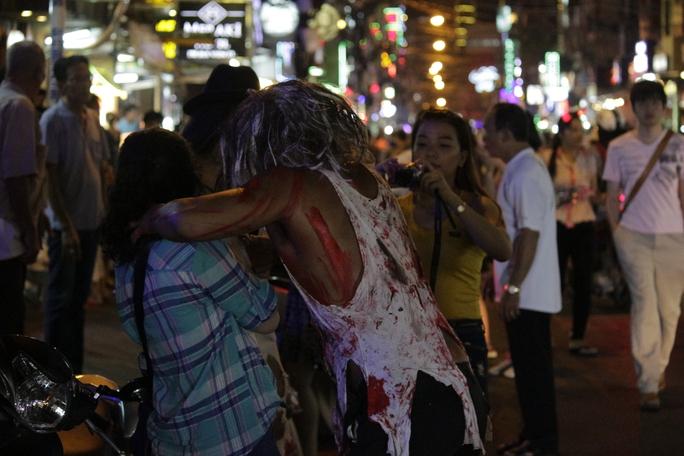 Nhiều người tranh thủ ghi lại những hình ảnh độc đáo của lễ hội Halloween.