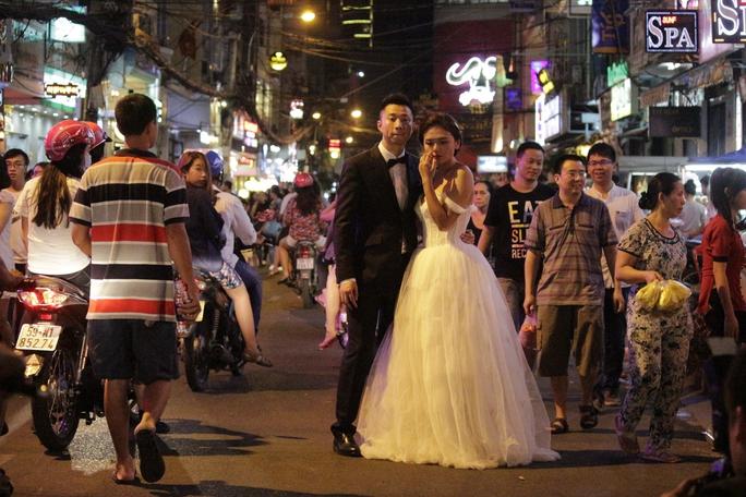 Nhiều cặp đôi lại lựa chọn chính thời điểm Halloween để chụp bộ ảnh cưới ghi lại những khoảnh khắc thật đặc biệt.