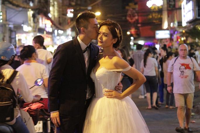Cặp đôi quyết định chụp ảnh cưới độc đáo trong ngày lễ Halloween.