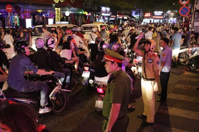 Lượng người đi chơi Halloween quá đông đổ dồn về phố Tây Bùi Viện và phố đi bộ Nguyễn Huệ khiến nơi này chật cứng. Lực lượng cảnh sát giao thông và công an khu vực nhanh chóng điều tiết giao thông và kiểm soát an ninh.