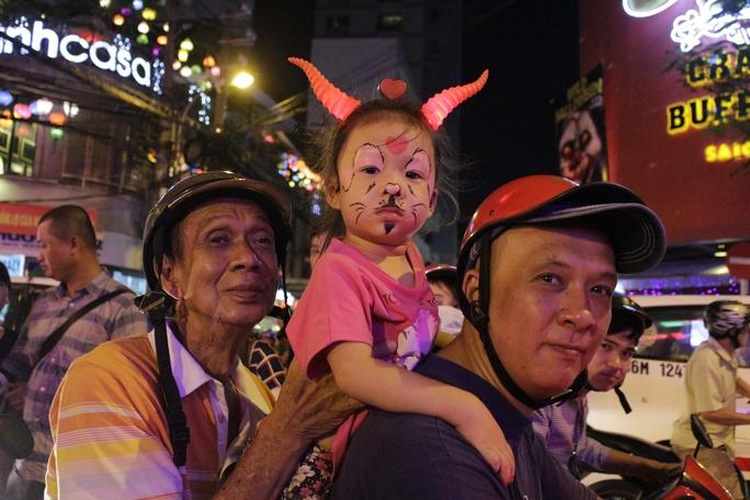 Bé gái hóa trang thành một chú dê con dễ thương đón Halloween cùng gia đình.