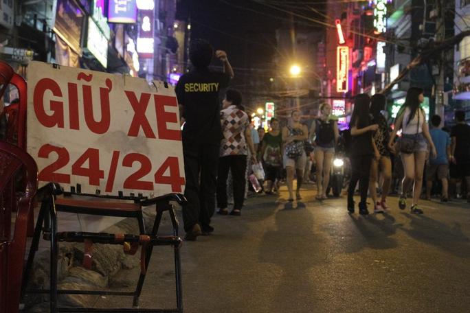 Nhiều bãi giữ xe tranh thủ thời điểm diễn ra lễ hội để thu phí giữ xe cắt cổ: 20.000 đồng/ lượt giữ xe, cao hơn nhiều so với quy định của nhà nước.
