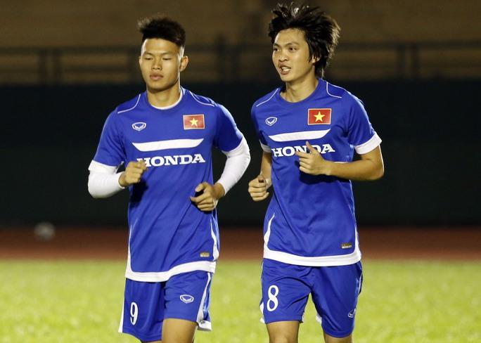 Trong khi đó tiền vệ Tuấn Anh (phải) vẫn được HLV Miura giữ lại với hy vọng sẽ sớm bình phục chấn thương để dự VCK