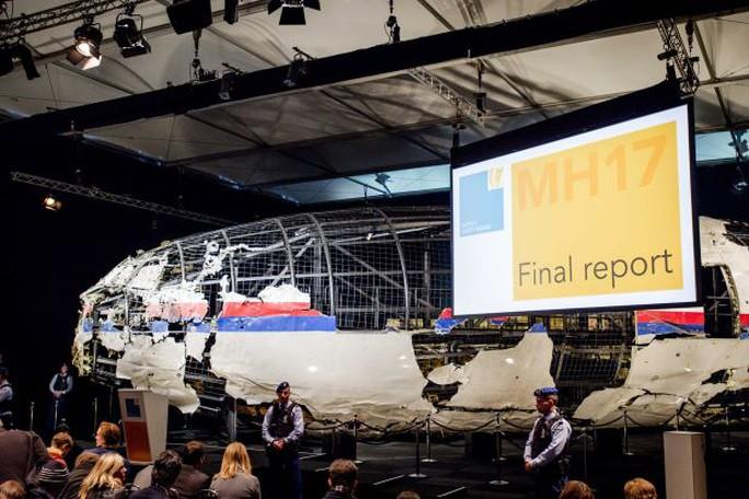 Một phần máy bay MH17 được phục dựng trong cuộc họp báo hôm 13-10 Ảnh: EPA