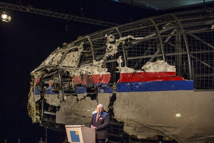 Chủ tịch Ủy ban An toàn Hà Lan (DSB) Tjibbe Joustra công bố bản báo cáo cuối cùng  về vụ rơi máy bay MH17. Ảnh: Reuters