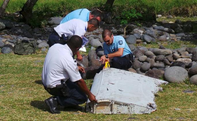 Cảnh sát Pháp kiểm tra một mảnh vỡ được tìm thấy trên một hòn đảo thuộc lãnh thổ nước này hồi tháng 7. Ảnh: Reuters