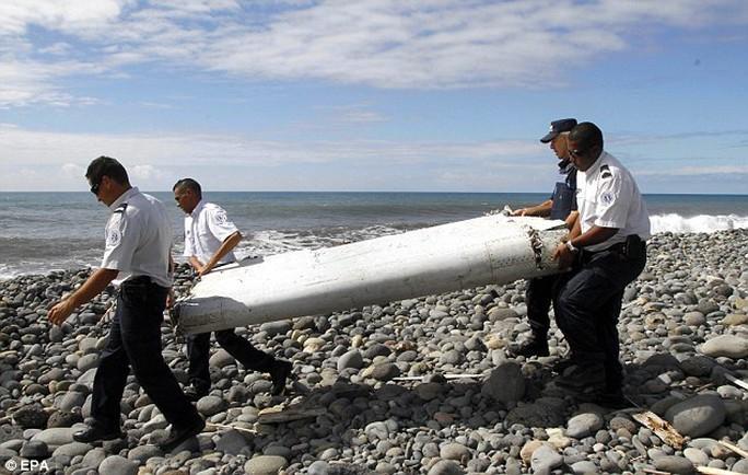 Mảnh cánh máy bay MH370 được tìm thấy trên đảo Reunion ở Ấn Độ Dương. Ảnh: EPA