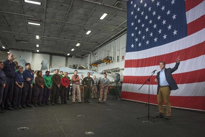 Ông Carter có 3 giờ trò chuyện trên tàu sân bay USS Theodore Roosevelt. Ảnh: Reuters