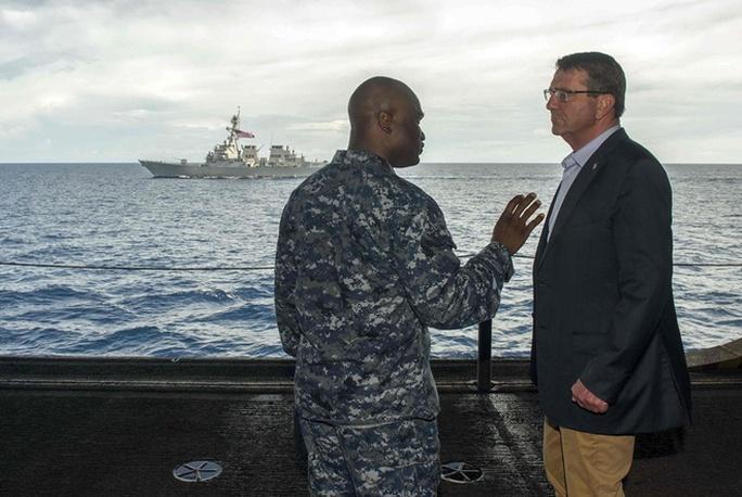 Ông Carter và chỉ huy Robert C. Francis của tàu USS Lassen. Ảnh: Reuters