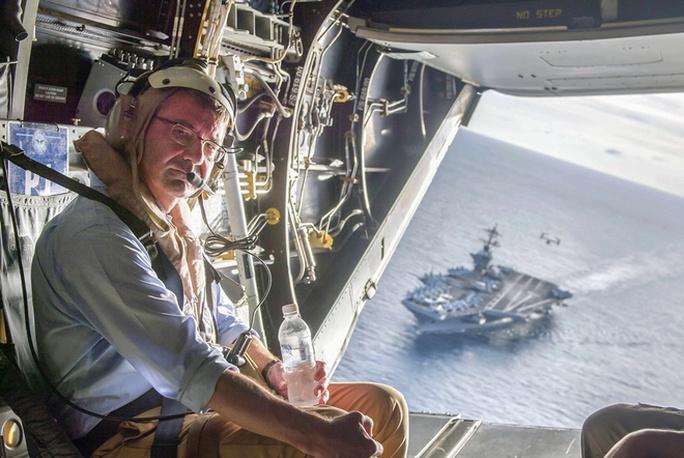 Ông Carter trên máy bay Osprey, phía xa là tàu sân bay USS Theodore Roosevelt. Ảnh: Reuters