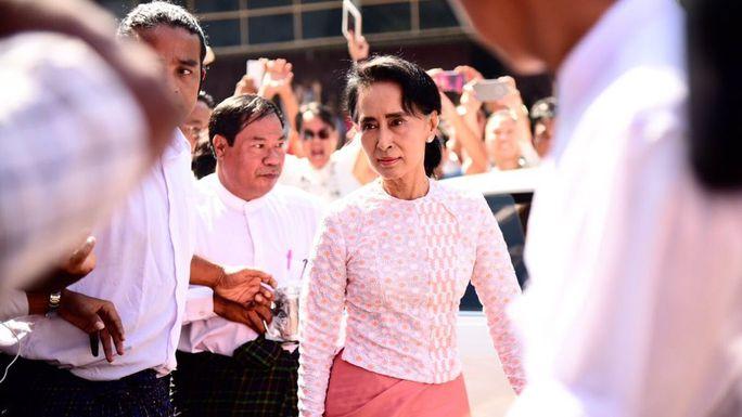 Bà Aung San Suu Kyi đến trụ sở NLD hôm 9-11-2015. Ảnh: CNA