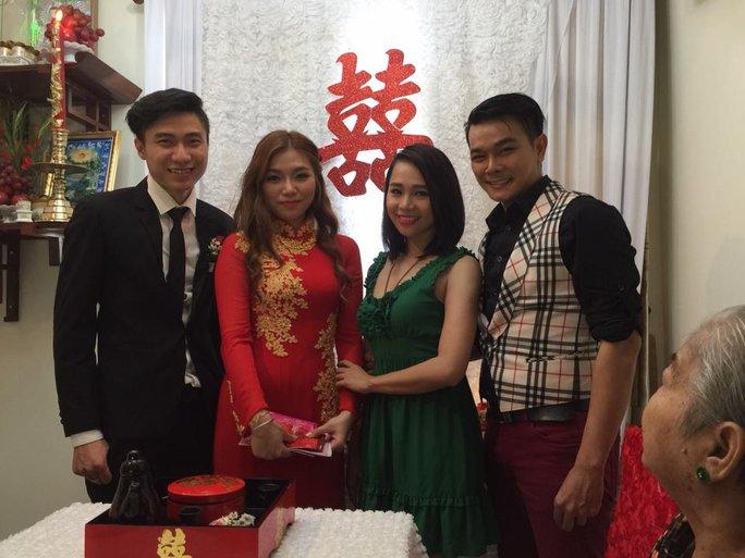 NS Linh Tý và vợ - diễn viên Bích Trâm (Kịch Sài Gòn) trong ngày cưới của em gái - diễn viên Thu Tâm