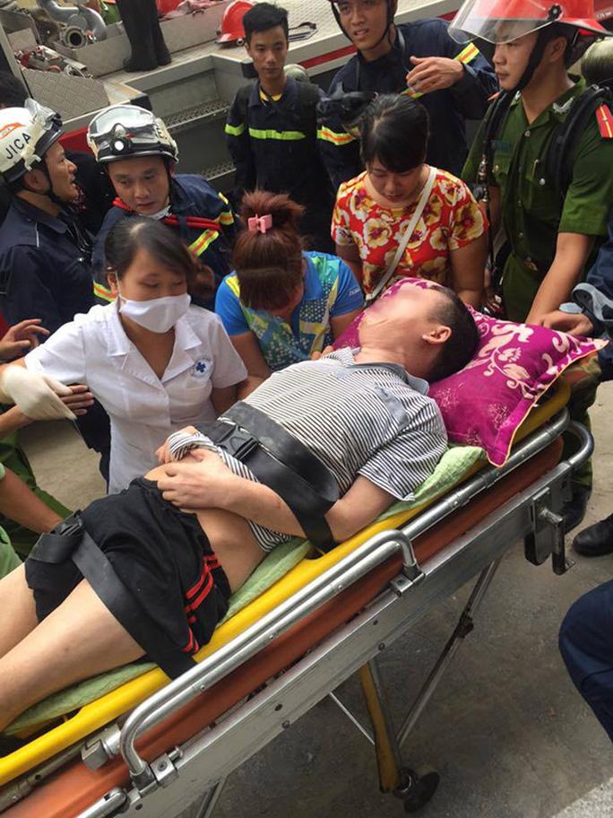 Một nạn nhân được lực lượng cứu hộ giải cứu khỏi vụ cháy - Ảnh: otofun