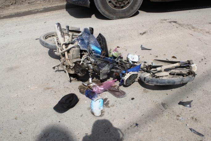 Chiếc xe gắn máy của nam thanh niên nát vụn sau cú va chạm