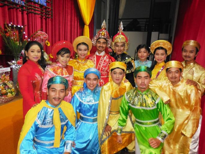 NS Phượng Hằng và các diễn viên CLB sân khấu Lạc Long Quân tại chương trình cúng Tổ Nhà hát Chân Thiện Mỹ - quận 6