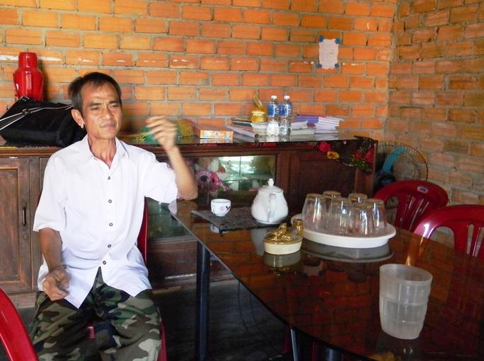 Lúc này, ông Nén đang thảnh thơi hưởng không khí đoàn viên bên ấm trà ở nhà trên