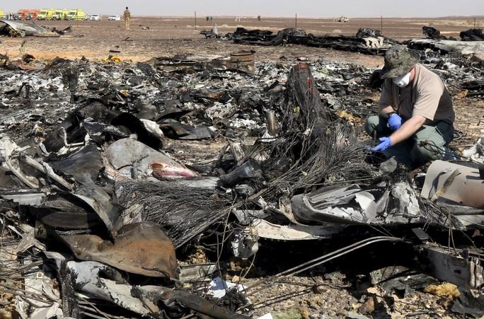 Giới điều tra quân sự Nga đang điều tra tại hiện trường vụ rơi máy bay tại Ai Cập. Ảnh: Reuters