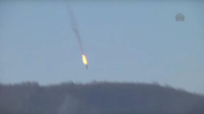 Máy bay Su-24 của Nga rơi xuống khu vực rừng núi. Ảnh: Anadolu