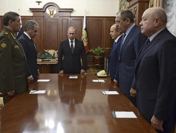 Tổng thống Nga Vladimir Putin (giữa) chủ trì cuộc họp tại Điện Kremlin hôm 17-11. Ảnh: Reuters