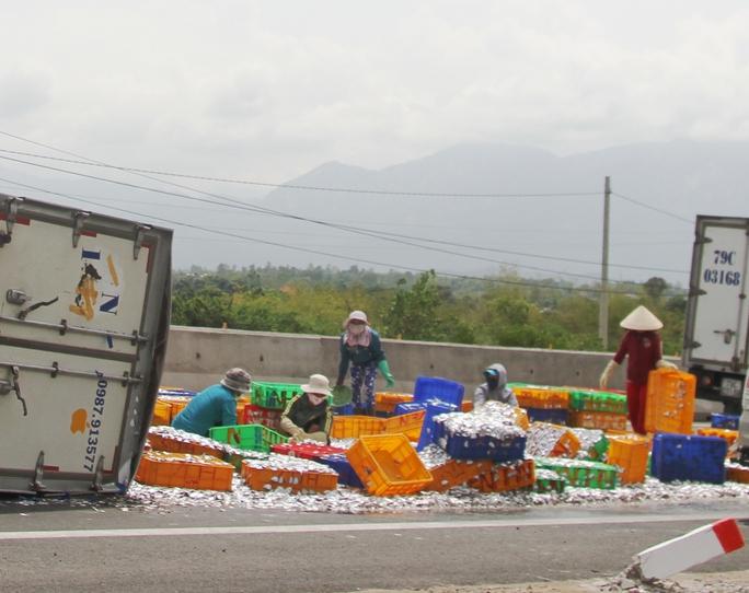 Xe tải lật, trượt dài hàng chục mét trên Quốc lộ 1A
