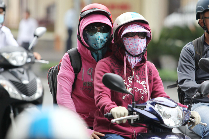 Nhiều người phải mặc áo khoác, bao tay cùng với hai ba lớp khẩu trang để đối phó với trời lạnh khi chạy xe