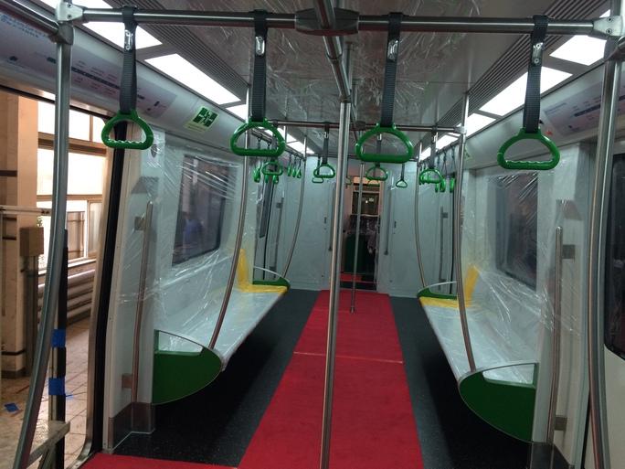 Nội thất đoàn tàu mẫu khá rộng rãi với ghế dài hai bên và nhiều tay nắm để hành khách có thể đứng khi tàu vận hành - Ảnh: Kim Thành