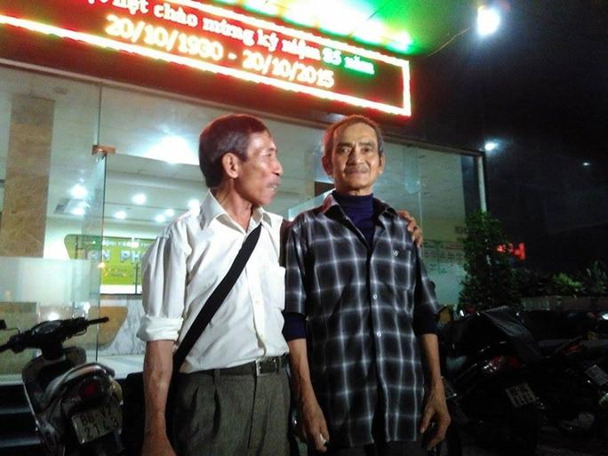 Ông Nén (áo ca rô ) được người thân đón về nhà vào chiều 22-10.